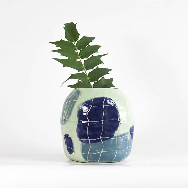 Et un vase quadrillé, un ! #ceramique #ceramic #quadrillé #carreau #carreaux #bleu #bkue #vert #green #plante #feuille #plant #leaf #faitmain #arisanat #craft #handmade