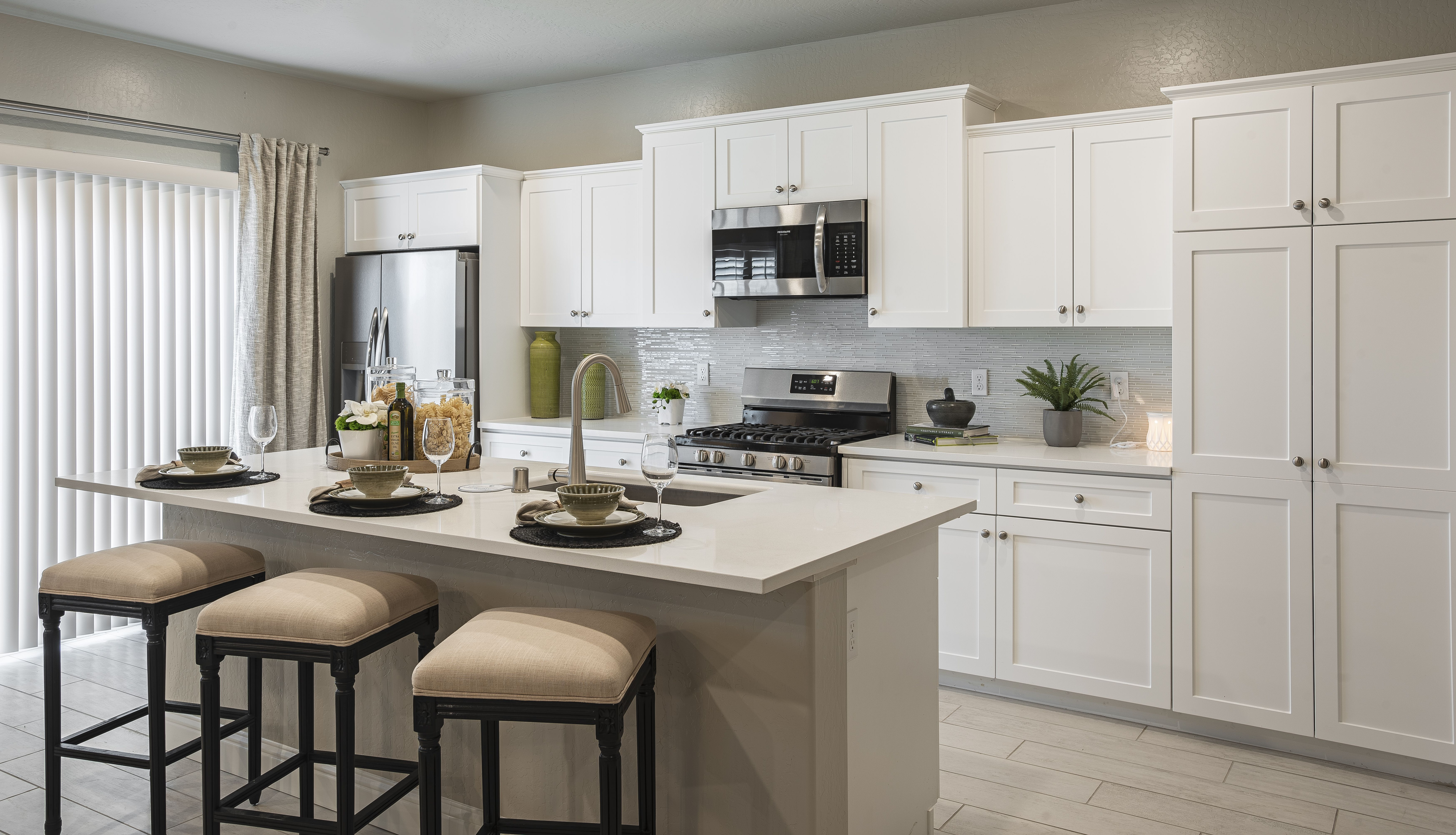 White Kitchen Cabinets With Quartz Counter Tops And Glass Backsplash Cream And Green Kitchen Deco In 2020 Green Kitchen Decor White Shaker Cabinets New Homes For Sale