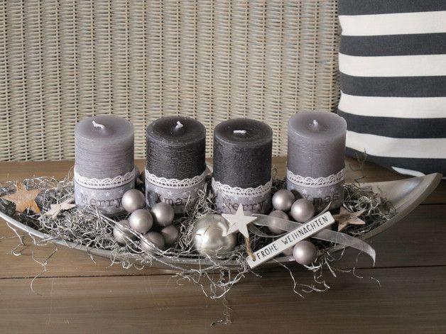 moderner Adventskranz   ★ Merry XMAS ★   Die längliche Edelstahl-Schale in Schiffchenform wurde mit 2 etwas heller grauen und 2 dunkler grauen durchgefärbten Kerzen bestückt. Diese wurden mit... #adventwreath