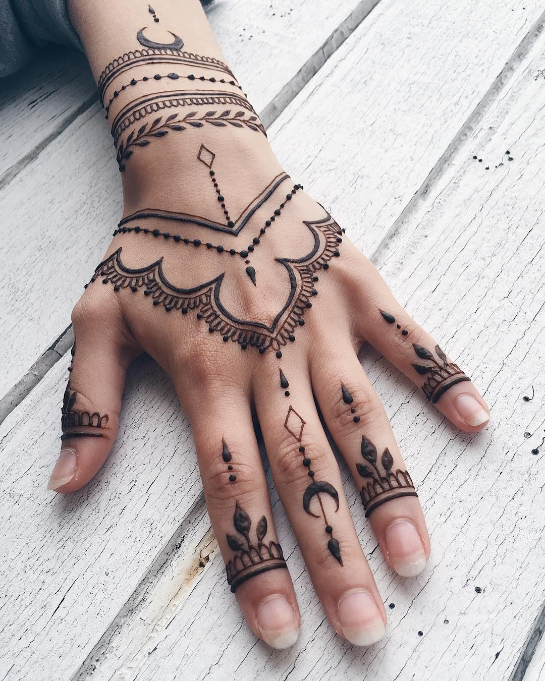 Simple Henna Hand Tattoo: Henna Design For Hands #witchystyle #henna