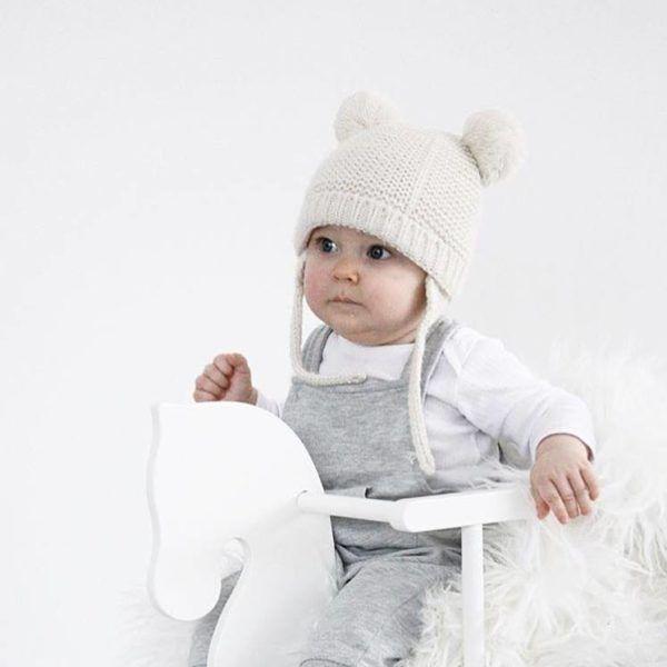 PikkuVanilja Petit Puk valkoinen keinuhevonen vauvalle  Tämä on samaan aikaan klassisen kaunis ja tyylikäs keinuhevonen! Keinuhevonen on suosittu elementti lastenhuoneessa, sillä siitä on paljon iloa leikki-ikäiselle lapselle. Lapset rakastavat keinumista ja turvakaarella varustetun hevosen kyydissä pysyy pienempikin keinuja. Keinuminen kehittää lapsen motoriikkaa ja kehonhallintaa kokonaisvaltaisesti.