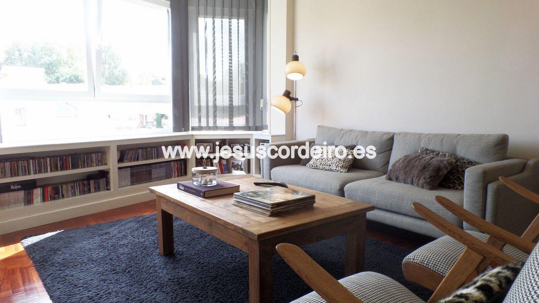 Piso de tres dormitorios recién reformado, ubicado en la zona de Bouzas, a un paso de la playa, del paseo y del centro del pueblo.