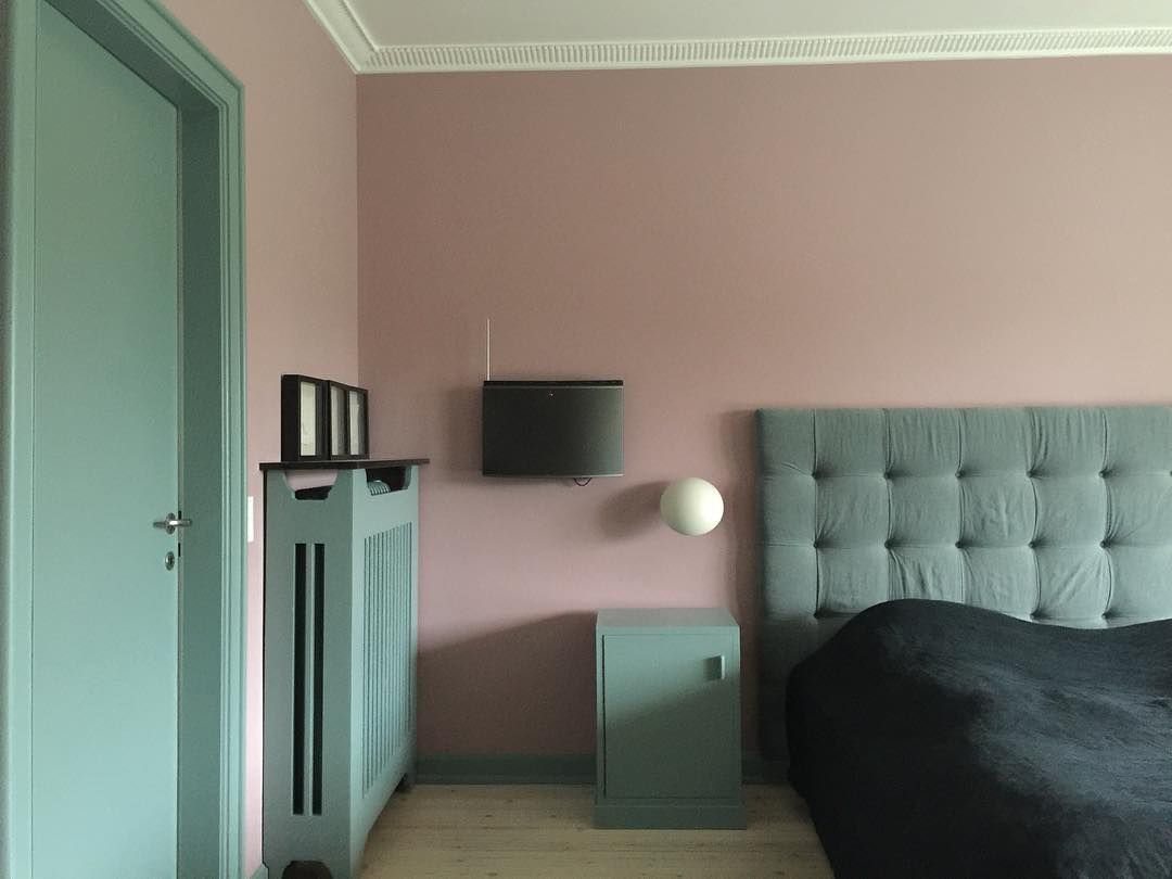 A colourful bedroom in this modern Mid Century house #cinderrose and #ovalroomblue @farrowandball #bespokeheadboard #tapetcafeproject