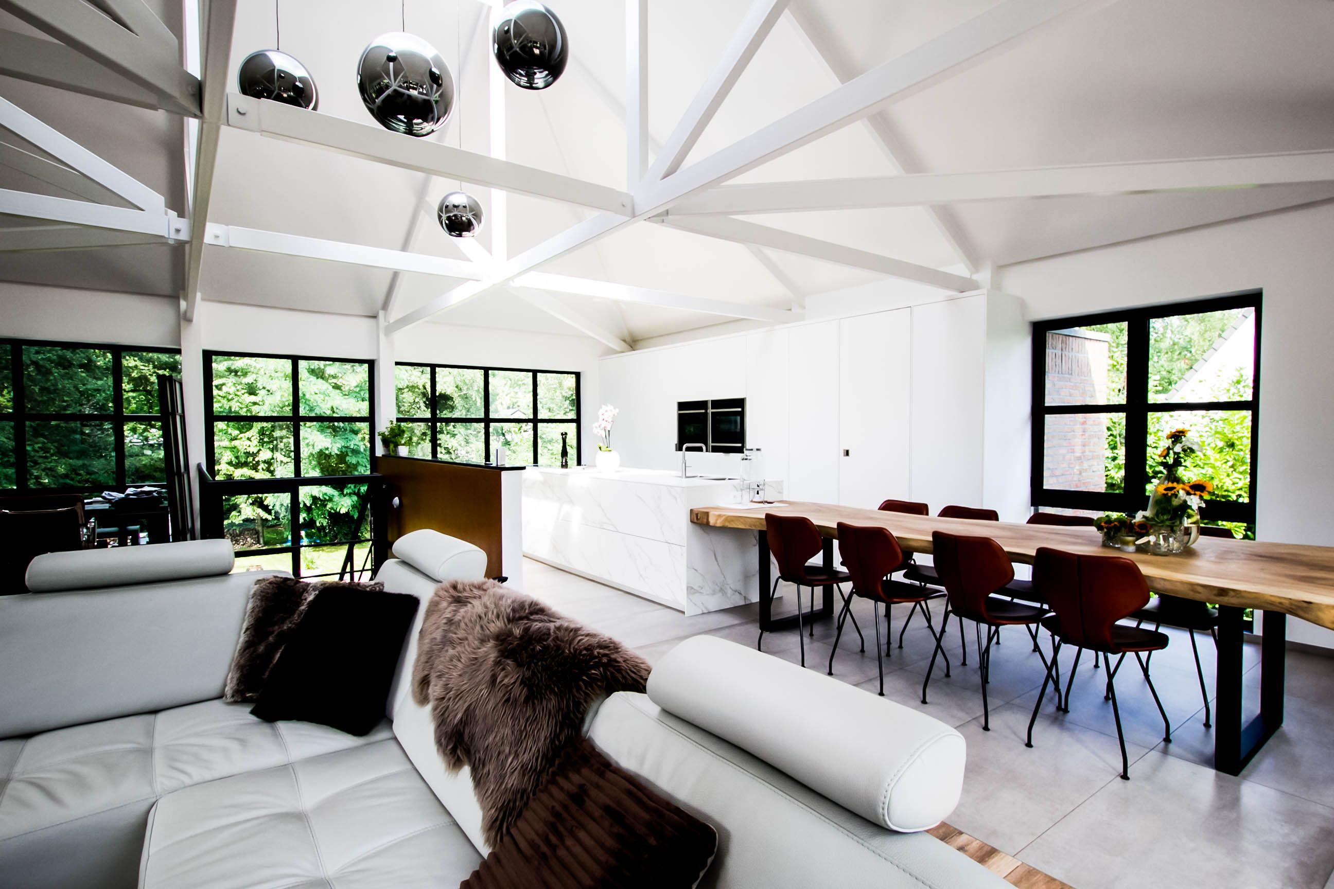 Modern interieur maatwerk inbouwkeuken met kookeiland keuken in