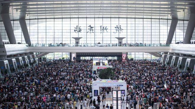 Y esto es particularmente evidente cuando se aproximan días feriados, como los que recientemente tuvieron los habitantes de Hangzhou por causa de la reunión del G20.  Pasajeros esperan por trenes en la estación de Hangzhou, provincia de Zhejiang.