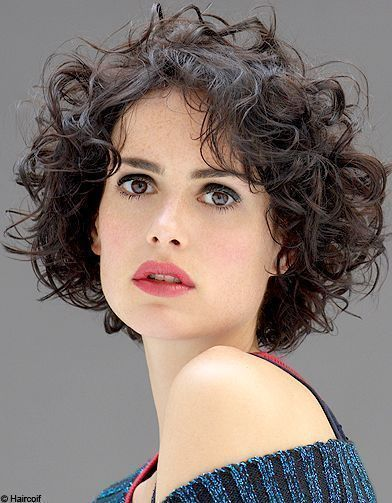 Coupe de cheveux carré court frisé   Short curly hair, Curly hair styles, Haircuts for curly hair