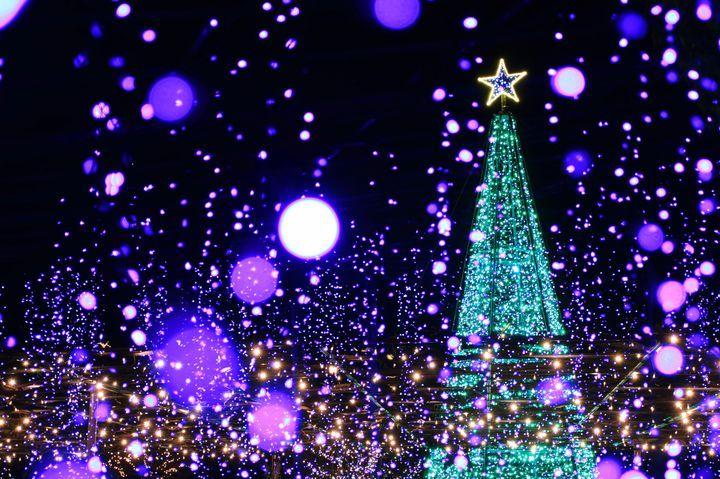 毎年冬になると、日本各地で美しいイルミネーションのイベントが開催されますよね。2016年はどんなイルミネーションを見に行こう...と考えている方も多いのでは?そこで今回は、先日発表された全国4,800名のプロの夜景鑑賞士が中心となって選ぶ「第4回 イルミネーションアワード」を参考に日本全国の人気おすすめイルミネーションランキングをご紹介します。栄えある1位は、どんな場所?