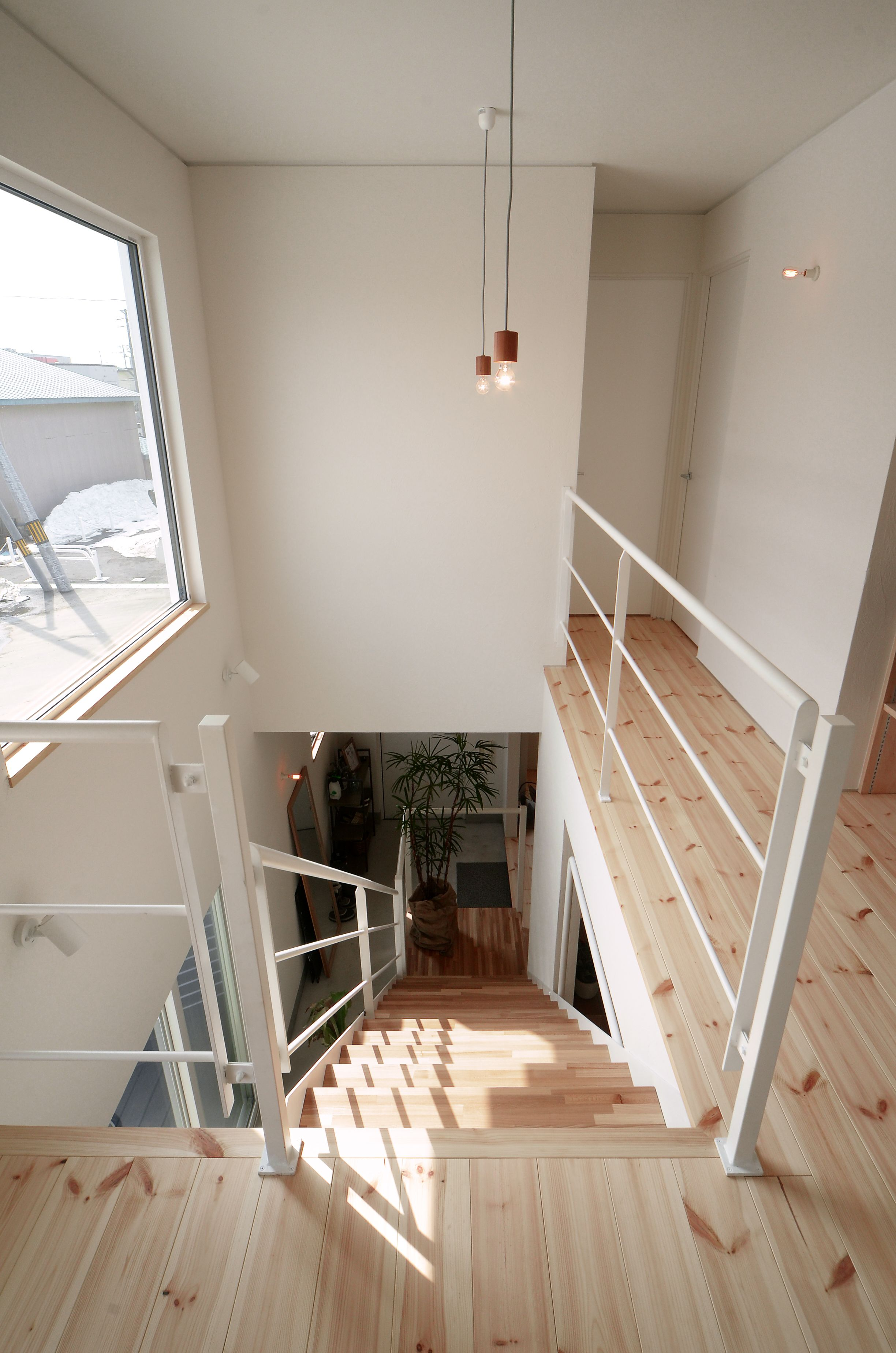 吹抜け階段で 2階の光が1階へ届き 繋がりを感じられます 部屋
