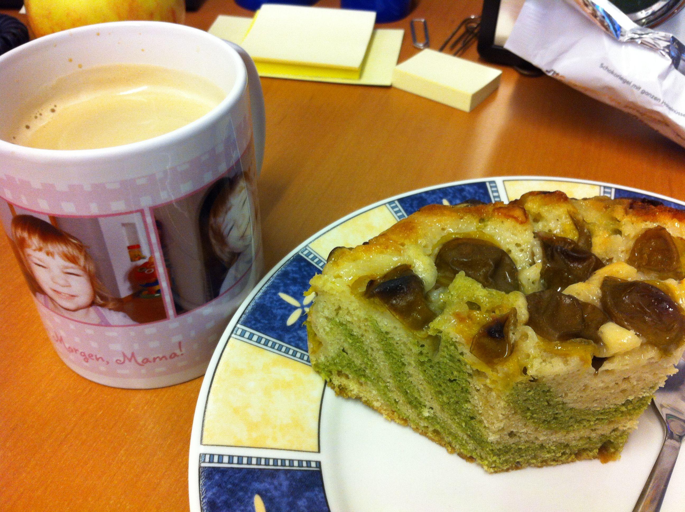 Ich selbst habe diesen Mittwoch dekadent gefrühstückt: Zebrakuchen mit Kriecherl!