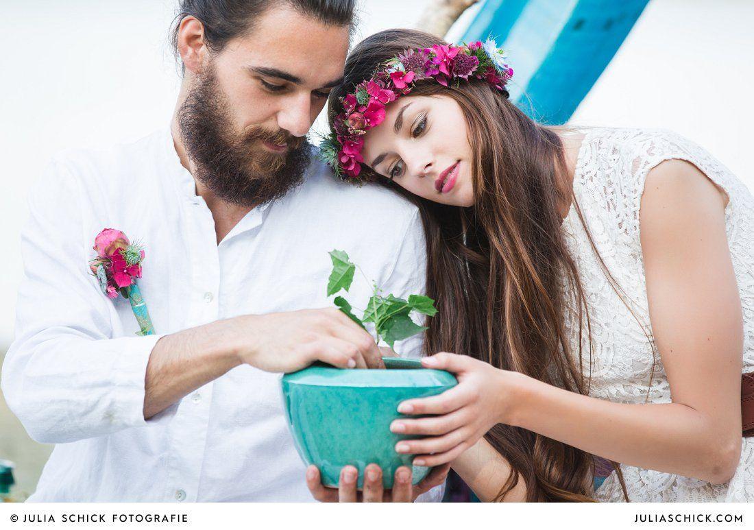 Boho Brautpaar Pflanzt Baum Ritual Freie Trauung