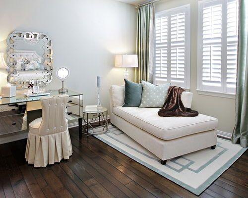 Exemple d\'une chambre tendance avec un mur beige et un sol en bois ...