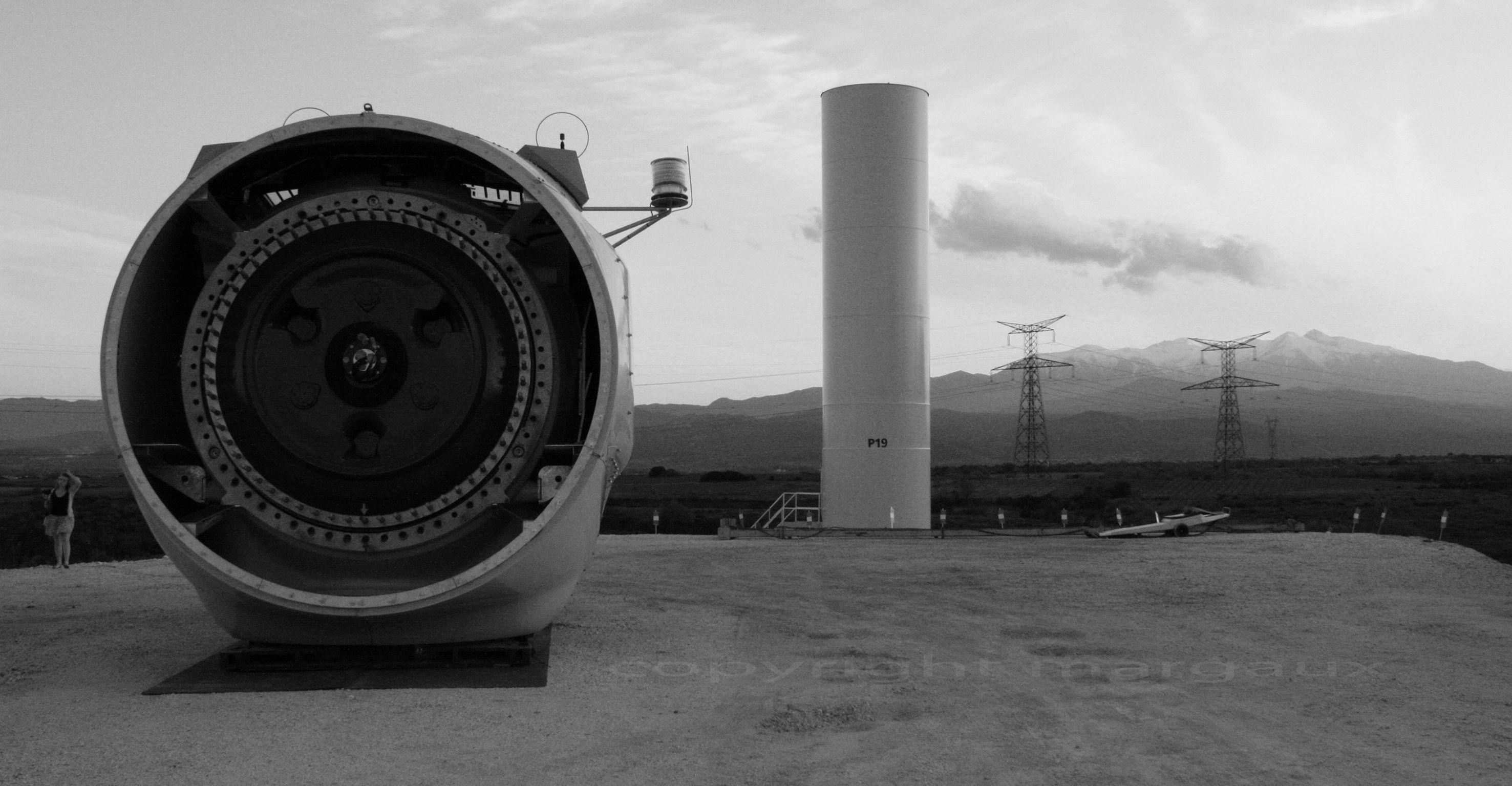 crédit photo margaux.  noir et blanc, éolienne, Pyrénées.