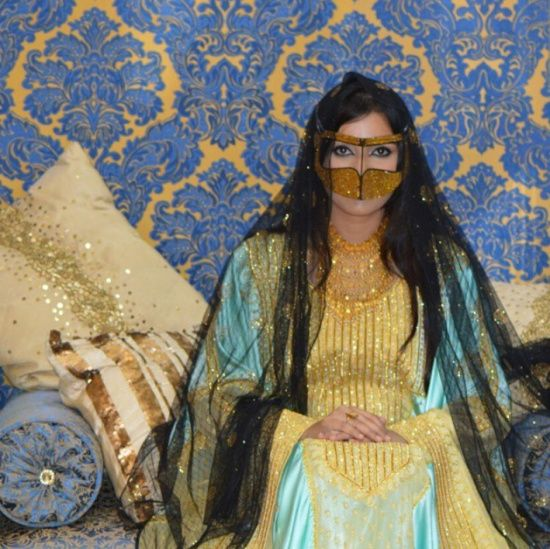 Traditional Arab Clothing From The Uae By Fashion Designer Shamsa Al Muhairi جلابية تفليدية من الإمارات من Arabic Clothing Arab Women Beautiful Muslim Women