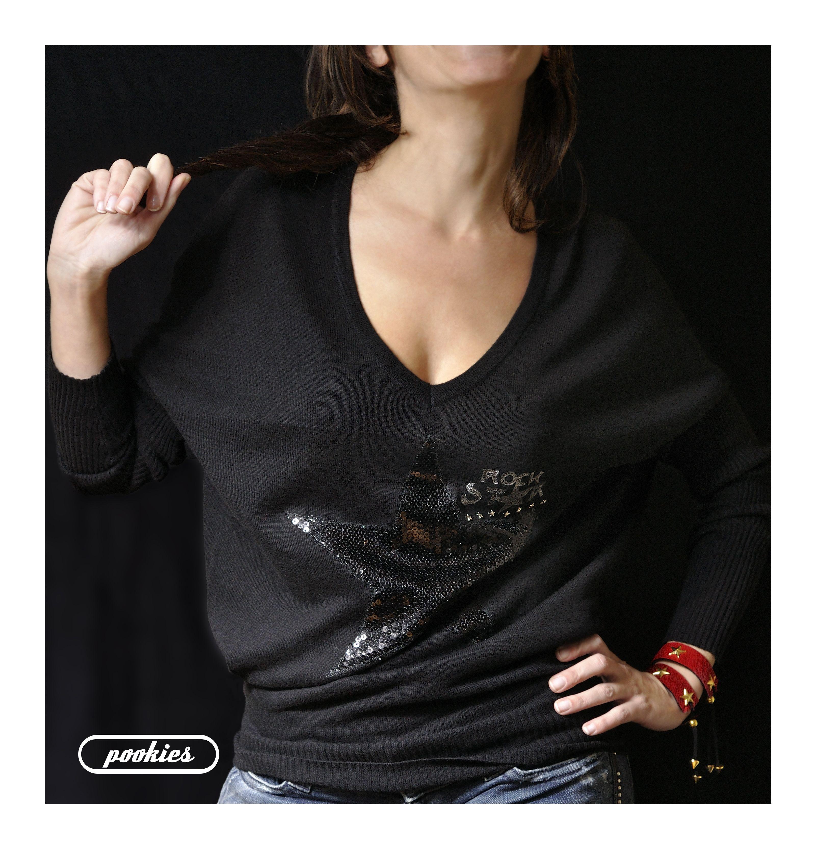 Suéter R ☆ C K S T A R  Suéter oversize de manga murciélago con estrella negra de lentejuelas, letras y tachas-estrella plata.