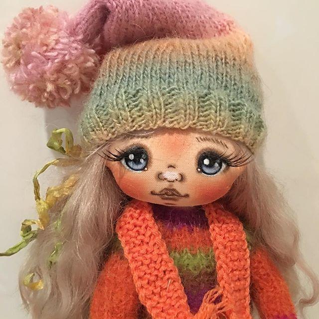На улице сегодня весной не пахнет, решили шапку натянуть #кукларучнойработы #текстильнаякукла#куклытатьяныкапотиной #коллекционнаякукла #единственныйэкземпляр #