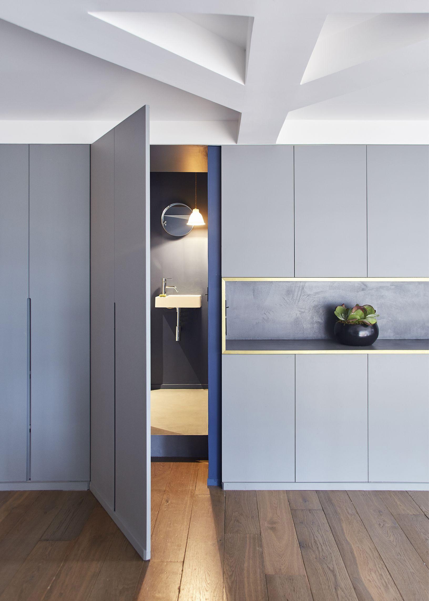 salle de bain cach e dans un meuble appartement parisien de 193 m2 gcg architectes. Black Bedroom Furniture Sets. Home Design Ideas