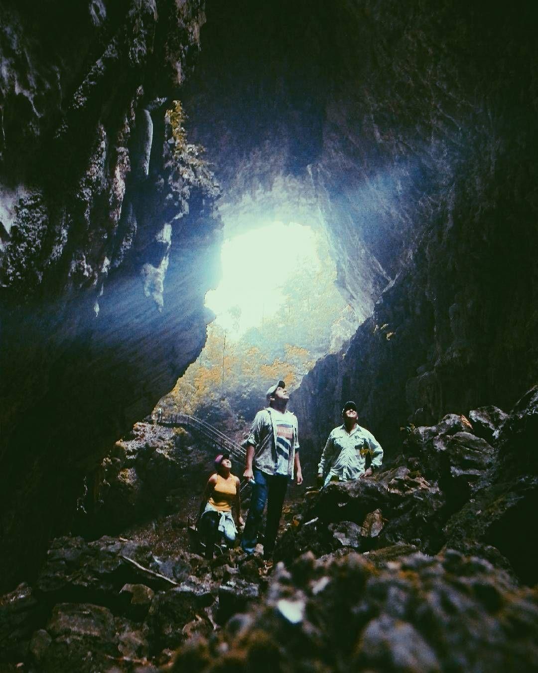 Una cueva de aproximadamente 100mts. de longitud con una altura de 80mts. Cuentan que la travesía de 2 hrs. por TUBING es la mejor  experiencia de la visita.  #exploretocreate #visualoflife #createxplore #peoplescreative  #justgoshot #quepeladoguate #guatemalaMagica #GuatePorDescubrir #QuePeladoGuate #GuatePhoto #Allyouneedisguatemala #visitguatemala #ExplorandoGuatemala #AdventureThatIsLife #quelindaguate #adventure #photographer #PrimeroLaComunidad #HallazgoSemanal #Instagramers #naturelover #landscape #naturelife #naturaleza #naturelovers #adventurestuffs #adventureislife #artofvisuals #createcommune #exploraguatemala Re-post by Hold With Hope