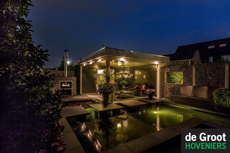 verlichting in lite moderne tuin koivijver veranda tuinhuis overkapping vijver waterspiegel