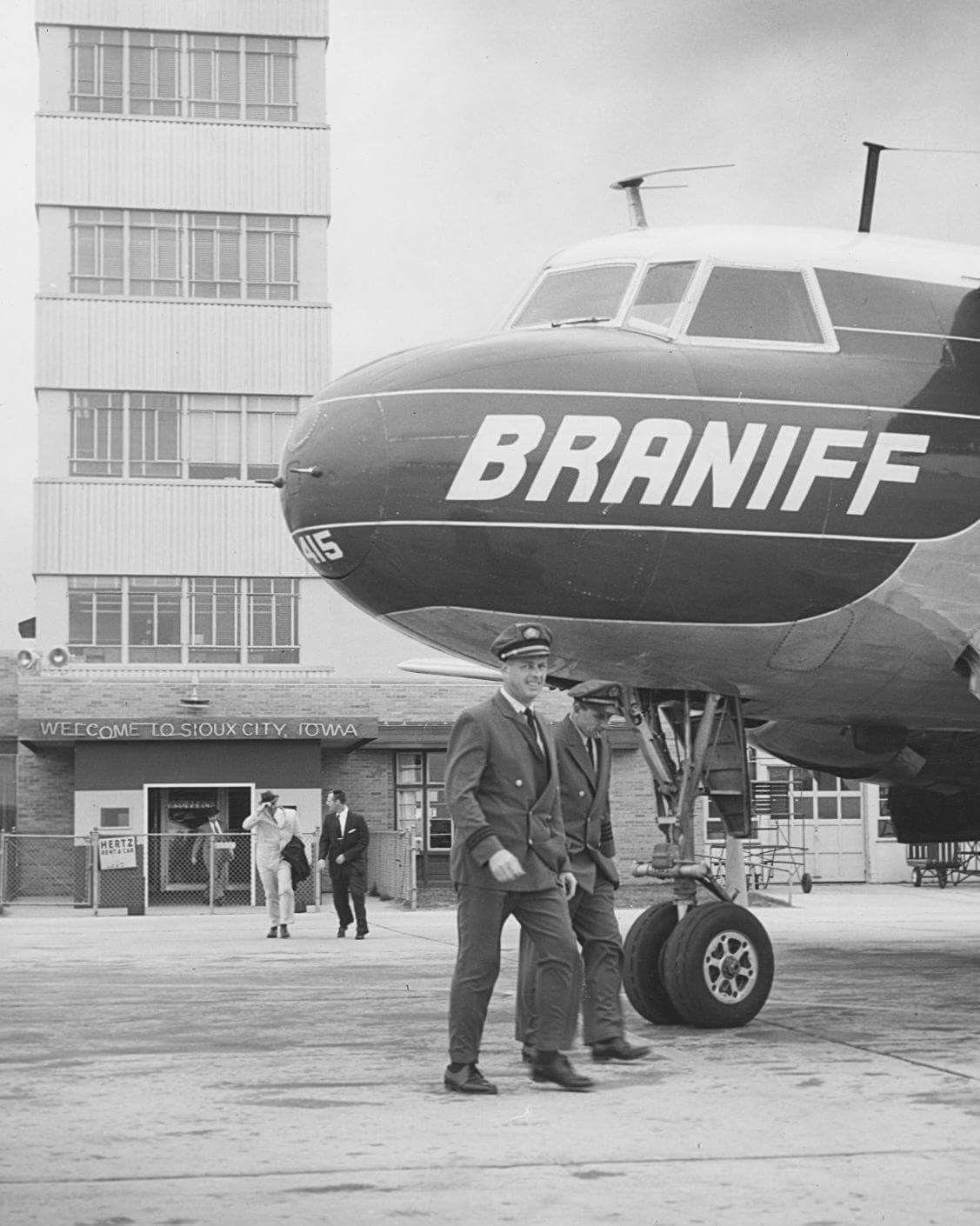 Braniff International Airways Convair Cv 340 42 Super B Liner Tail Number N3415 At Sioux Gateway Airport Vintage Aircraft Airlines Branding Vintage Airlines