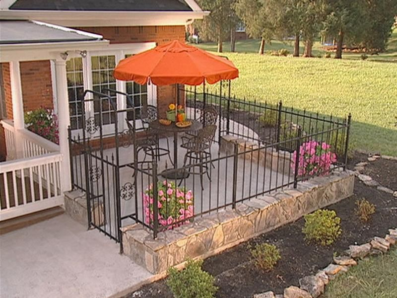 Front yard patio landscaping pictures with wrought iron for Front yard patio courtyard
