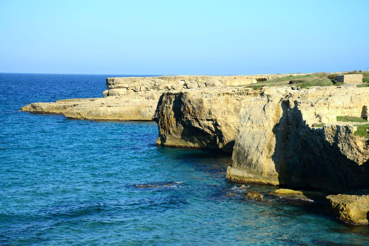 Conjunto de falésias de pedras brancas da Piscina Natural La Poesia, na Praia de Roca. Puglia, Itália.