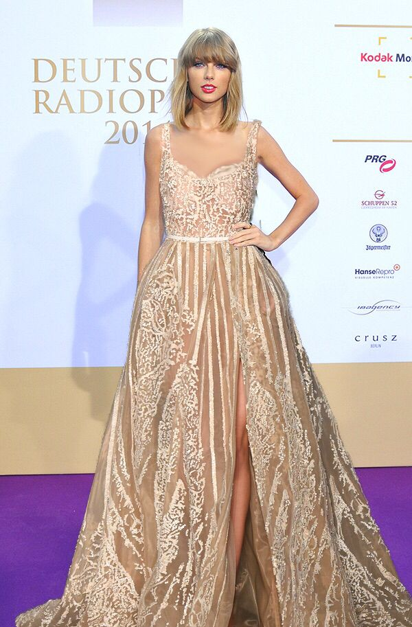 THIS IS A PHOTOSHOPPED PICTURE BUT IM SO IN LOVE WITH THIS DRESS AND TAYLOR WOULD TOTALLY SLAY IN IT
