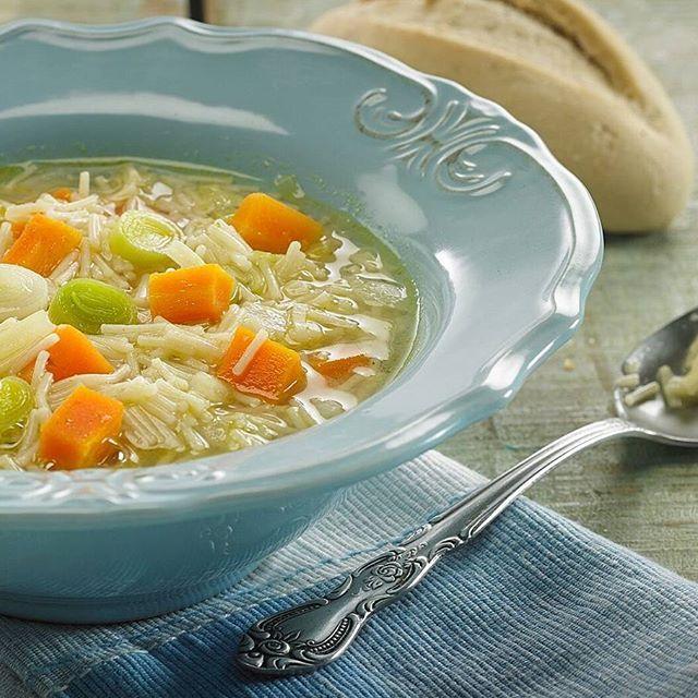 sopita.  Necesitas: 1lt caldo vegetales+ 1 taza cabellos de angel+ 1 taza cebolla picada + 1 taza zanahoria en cubos+ 1 taza puerro en rodajas+ 2 dientes de ajo picados+ amor de a montones.  En olla con apenas un toque de oli...