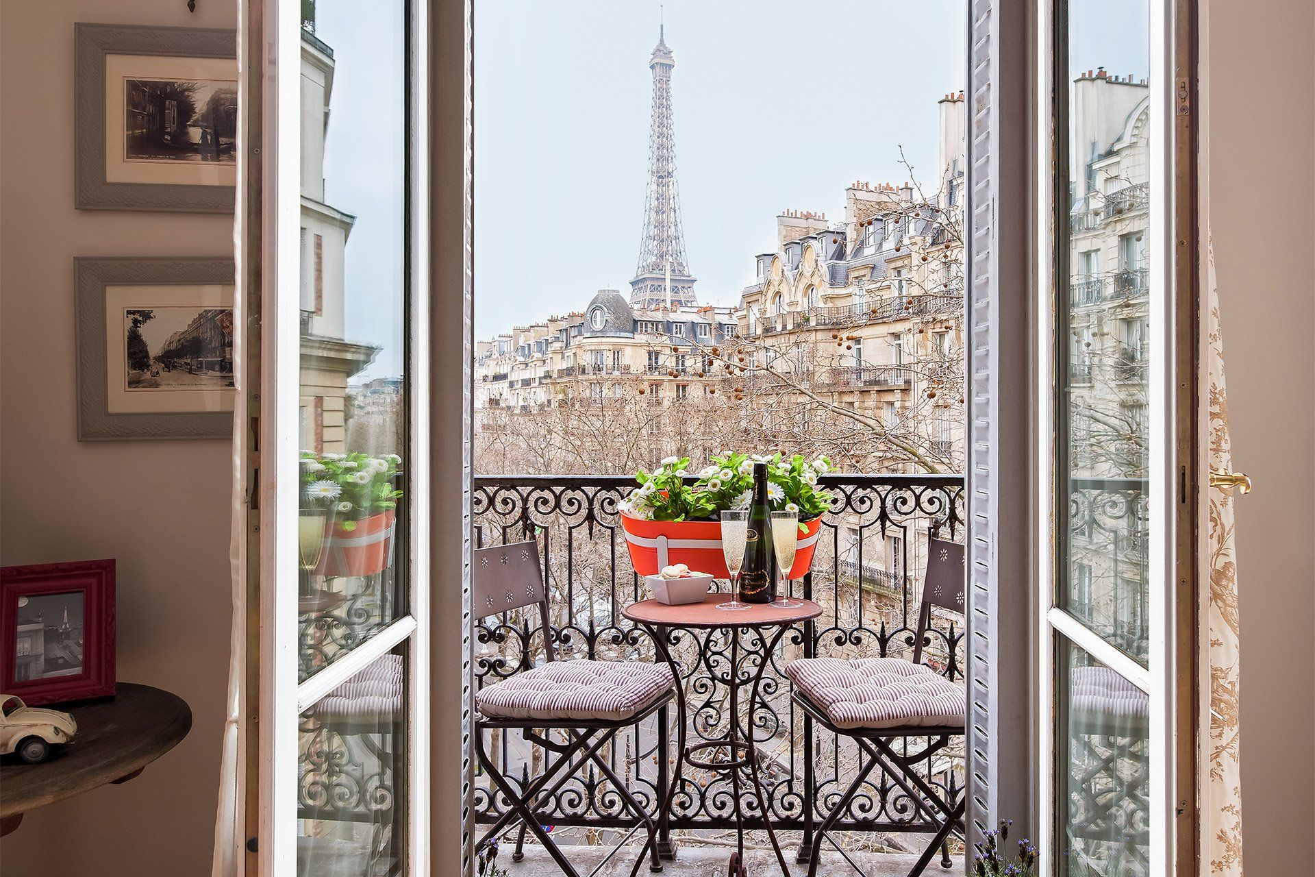 near the rue Cler markets, has a large living room with