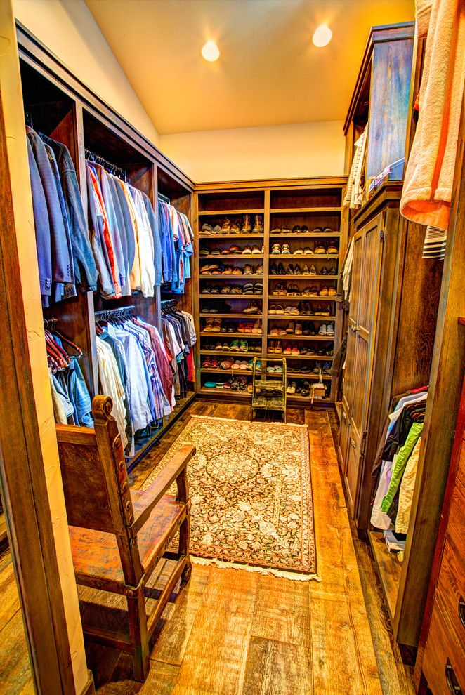 Ideas Of Functional And Practical Walk In Closet For Home: Illustration Of Ideas Of Functional And Practical Walk In Closet For Home