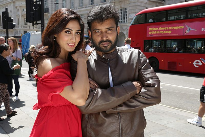 Dinesh and Deepthi Thivesh in Naanum Single dhaan