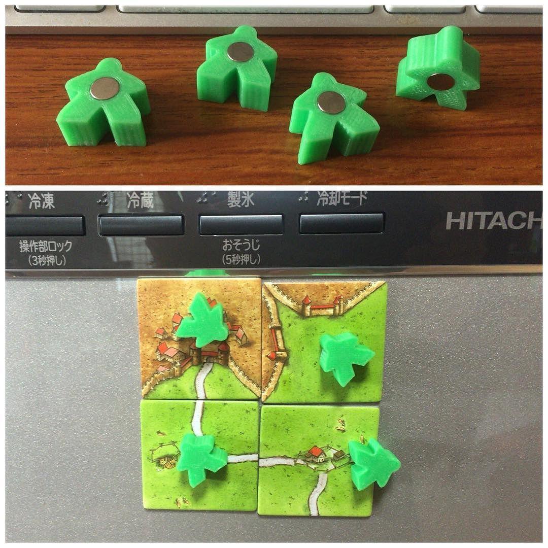 冷蔵庫のドアでも カルカソンヌ が遊べるようにという意図は特には無く磁石入り Meeple を作ってみました ボードゲーム が好きな人にあげたら喜んでもらえるかな dプリンター 3dprinting Boardgame Magnet With Images Board Game Room Board Games Crafts