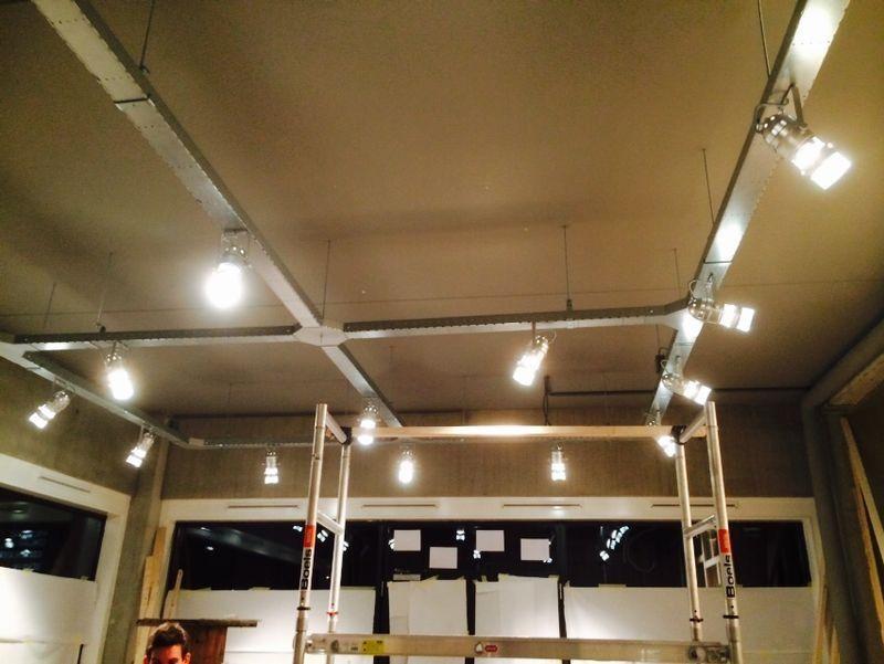 Verlichting aan goot in bloemen winkel in de avond | Verlichting ...