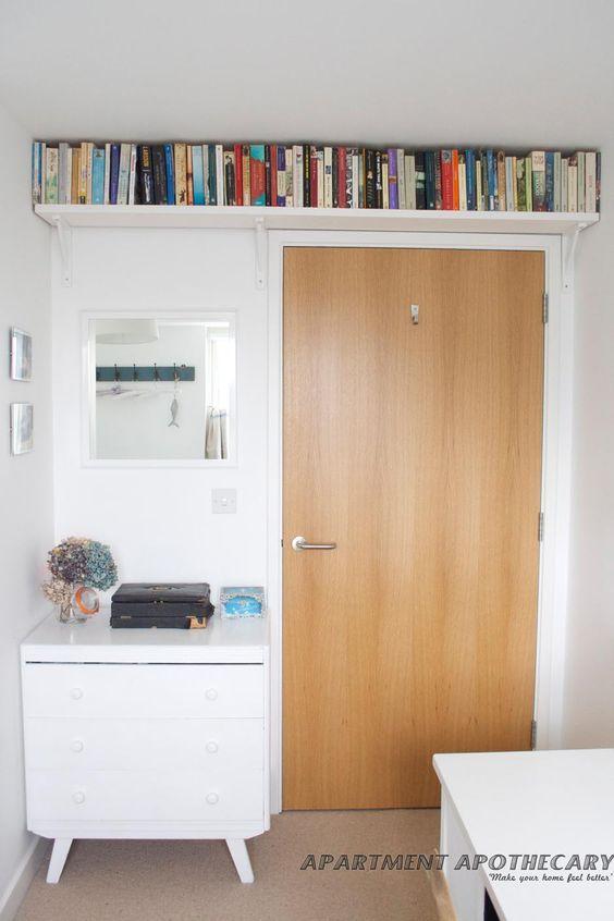 Conexão Décor Biblioteca em casa, decorando com livros.Prateleira em cima da porta para guardar os livros. http://conexaodecor.com/2017/08/biblioteca-em-casa/