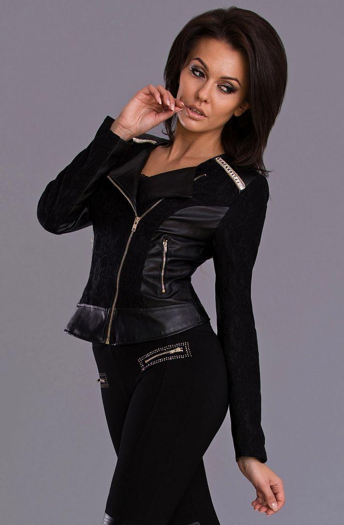 Decisamente fashion questa giacca, colore nero, in tessuto ed ecopelle. Particolari curatissimi.