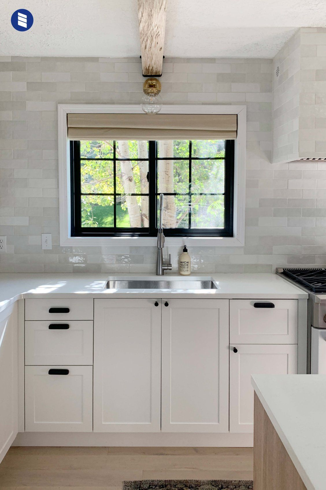 Chris Loves Julia S Kitchen Makeover Choosing Shades That Compliment Your View Instead Of Covering It Blinds Com Appartment Decor Kitchen Shades Kitchen Renovation Inspiration