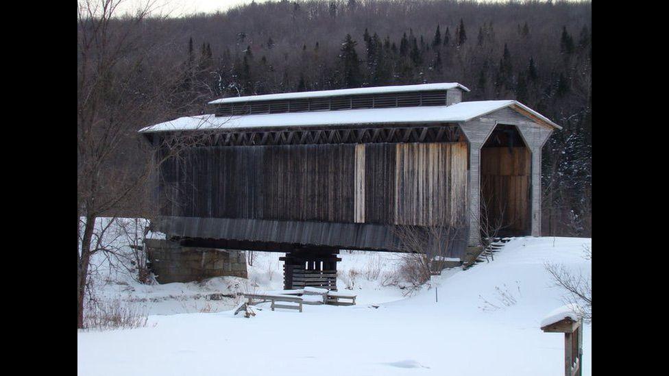 """O leitor Bob Heitzman diz que no Estado americano de Vermont """"há muitas pontes cobertas, mas esta é a única ponte ferroviária coberta que eu já vi. Seu visual único permite que a fumaça das locomotivas escape pelo teto""""."""