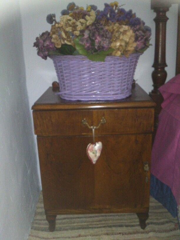 Mesilla de noche y cesto con flores secas