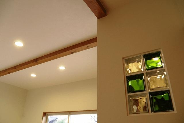 玄関 リビング壁にガラスブロックの埋め込み ステンドグラスでは