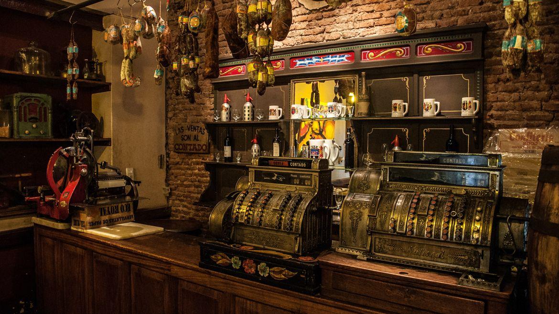 Bar en buenos aires mesas y sillas de madera una for Bar de madera chile