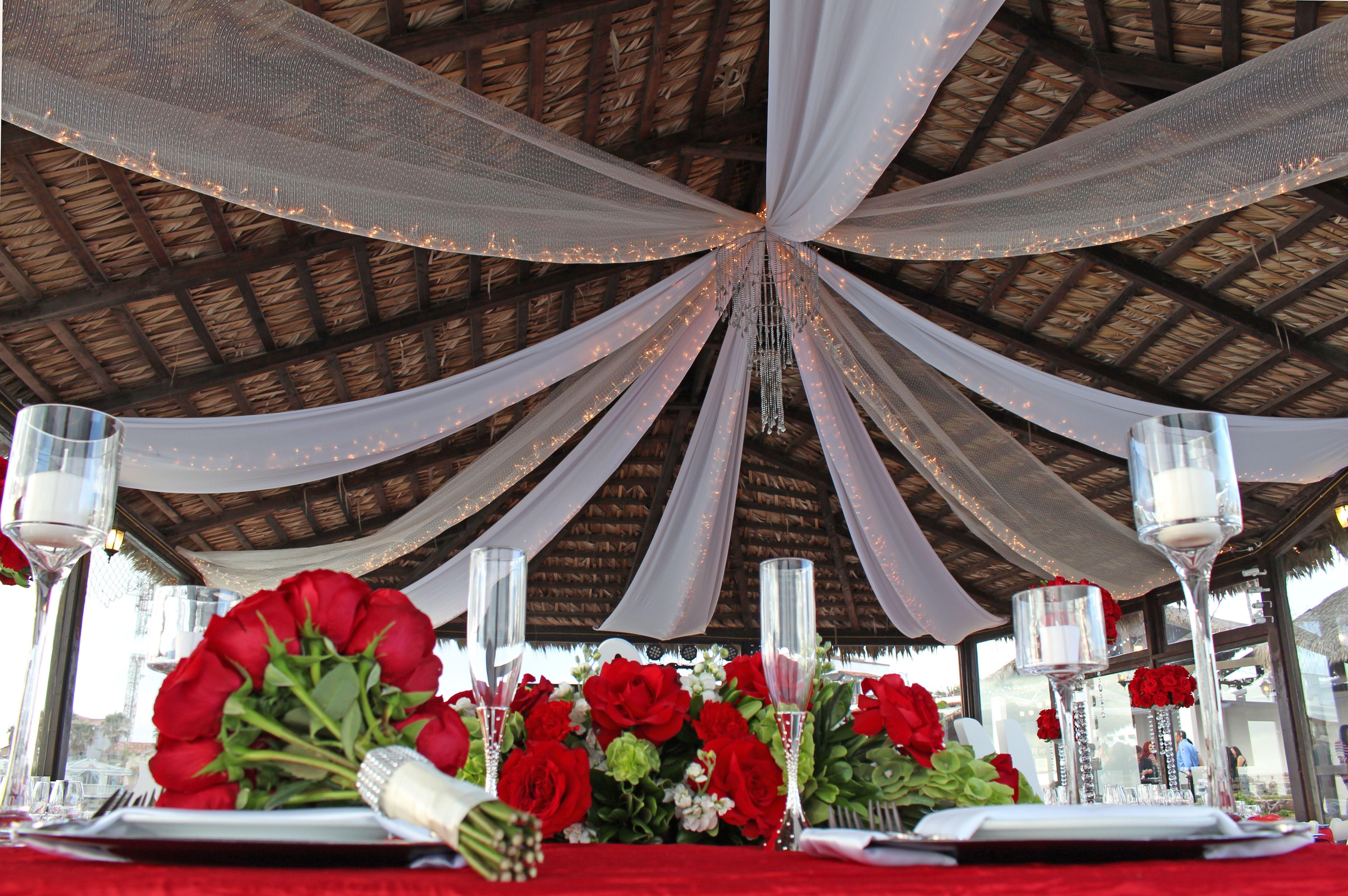 las mejores decoraciones para bodas, en un hambiento unico y especial. Palapa mi capricho bosas en la playa Color rojo