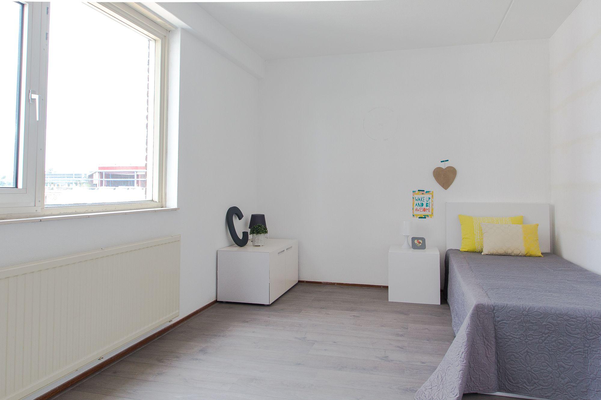 Bed Van Karton : Slaapkamer ingericht voor de verkoop met een bed van karton van