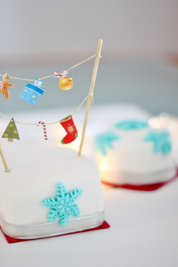 Little Christmas Cakes | Style Check  #christmas #cakes #decor #cakebanner