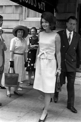 June 29 1965 Jackie Kennedy Leaving The Colony In Manhattan Jackie Kennedy Kleidung Cocktailkleid