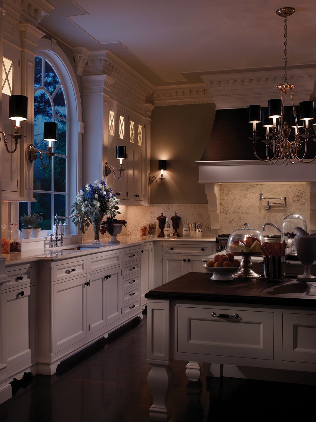 Traditional Southampton Kitchen By Woodmode Shown In Nordic White Finish On Regent Door Style Home Decor Kitchen Luxury Kitchens Beautiful Kitchens