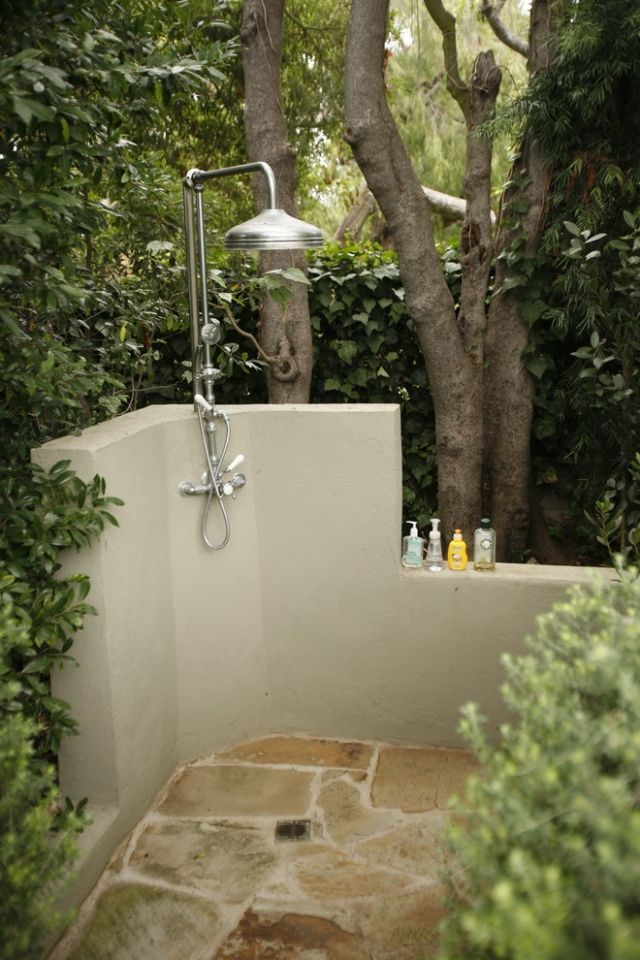 Gartendusche Stützmauer-Beton integriert Duschkopf-edelstahl MTLA - ideen gartendusche design erfrischung
