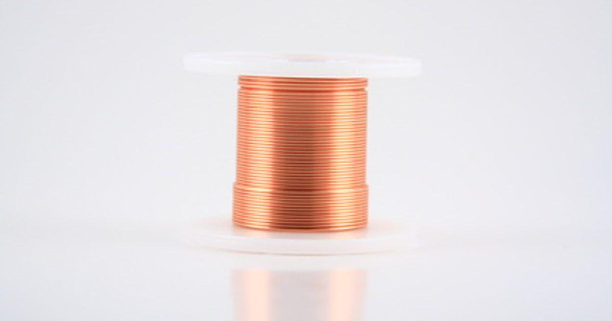 Como enrolar um fio do solenoide. Se você já fez um eletroímã a partir de um prego, uma bateria e uma bobina de fio, você fez um solenoide, um componente crucial de muitos sistemas elétricos. Ele cria um campo magnético quando exposto a uma corrente elétrica. Em circuitos de corrente alternada, este campo magnético anula alguma das mudanças de fase que conduzem à oscilações de ...