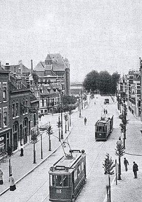 Rotterdam - Benthuizerstraat kruising Bergweg, de Hooglandstraat en de Blommerdijkselaan. Links achter het Bergweg-ziekenhuis.