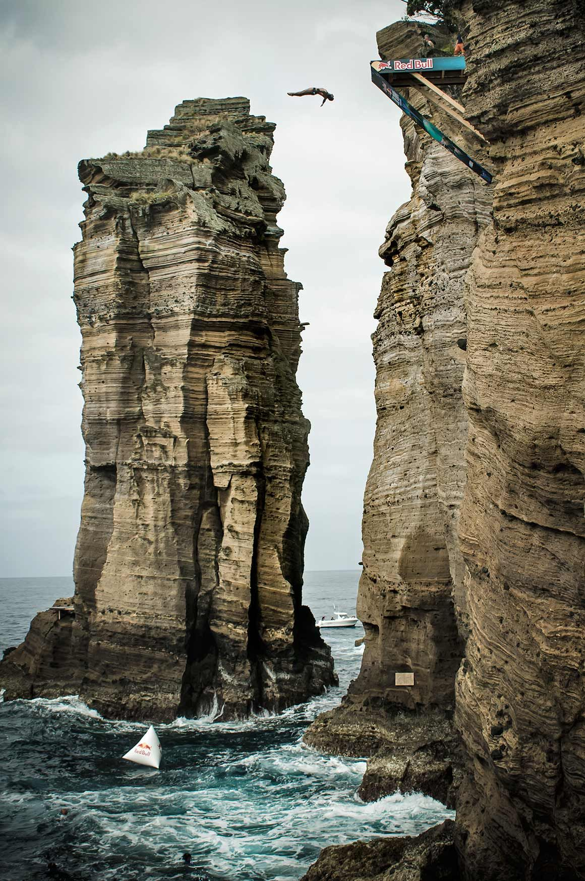 Red bull cliff diving nos a ores crazy just crazy pinterest cliff diving cliff and azores - Red bull high dive ...