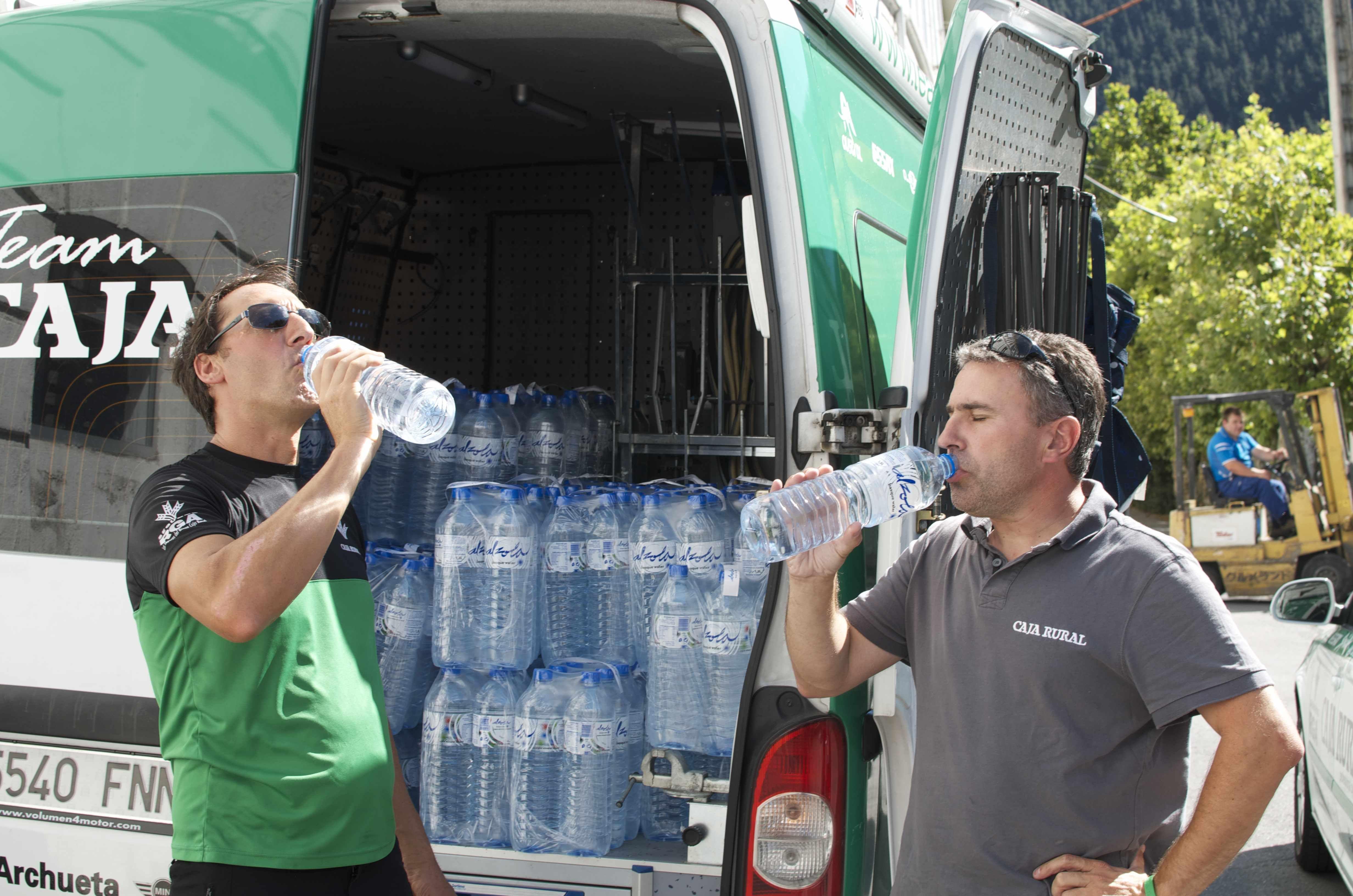 Director técnico y Masajista del equipo ciclista Caja Rural Team combaten el calor en Alzola. Afrontarán la vuelta a Burgos, la vuelta a Portugal y la vuelta a España en lo que queda de temporada