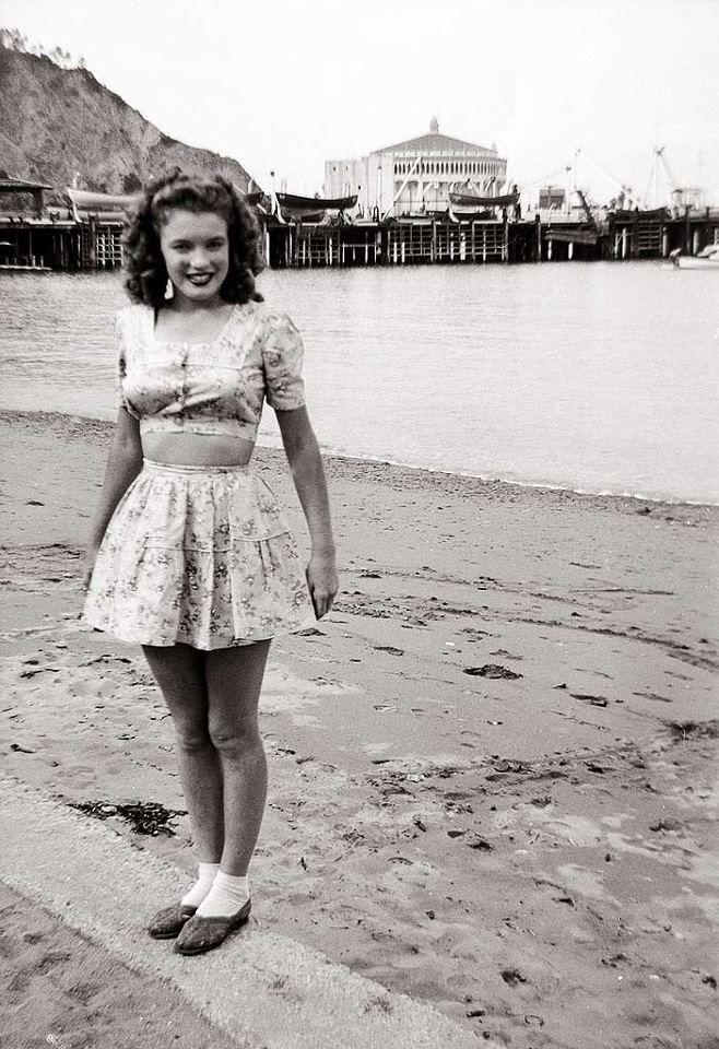 Foto do álbum de família. Marilyn Monroe aos dezesseis anos. Ilha de Catalina. EUA, 1943.    Em 1943, a jovem adolescente Norma Jeane (futura Marilyn Monroe), aos dezesseis anos, quando passou uma temporada em Catalina, uma ilha rochosa na costa do estado da Califórnia, ao lado de seu marido Jim Dougherty, com quem se casou para fugir da vida em um orfanato.